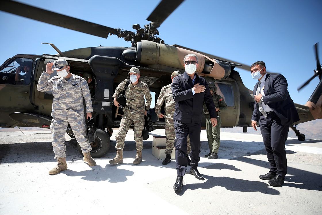 bakan-akar-ve-komutanlar-irak-sinir-hattindaki-birlikleri-denetliyor.jpg