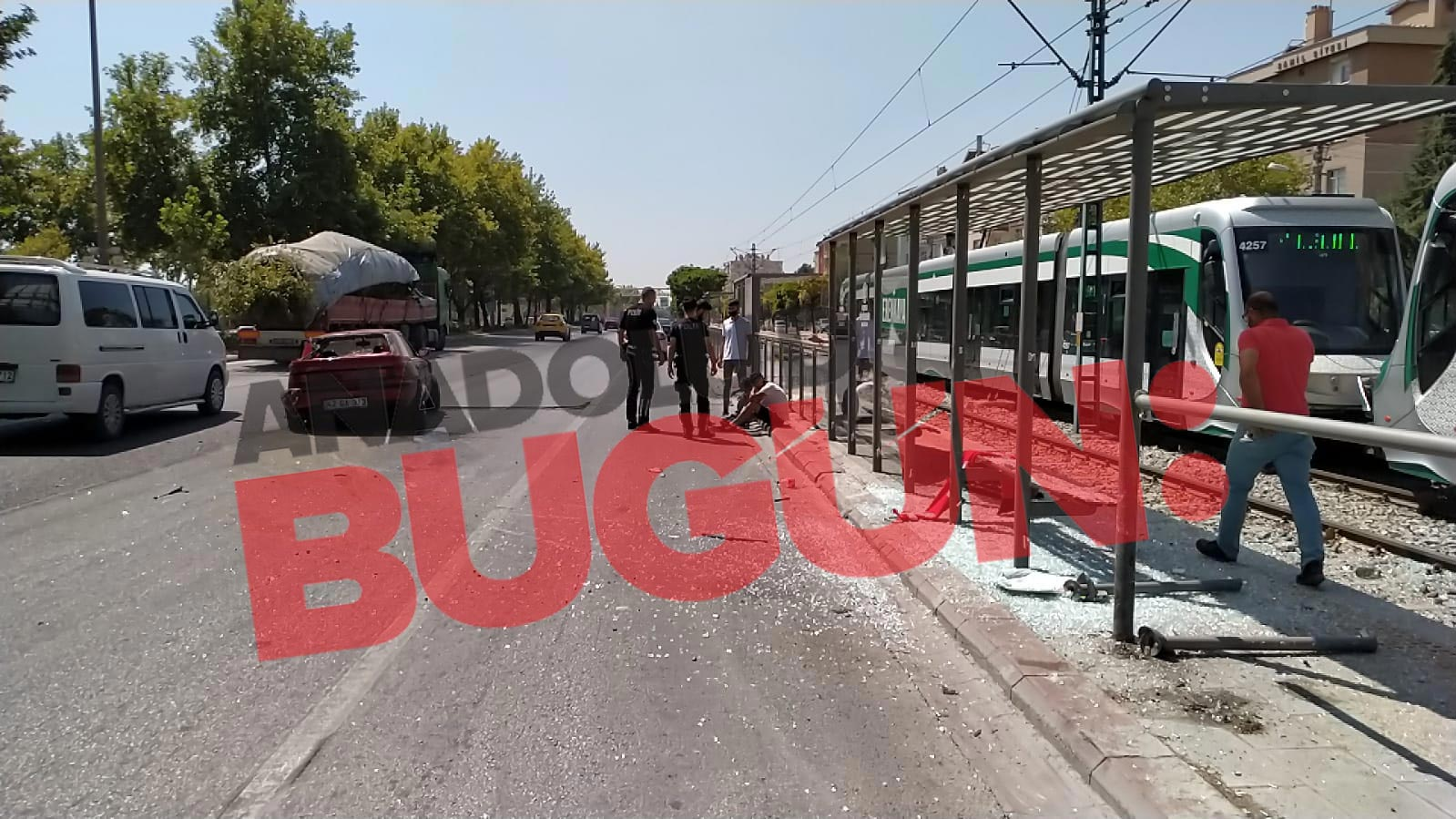 direksiyon-hakimiyetini-kaybeden-surucu-tramvay-duragina-girdi-001.jpg