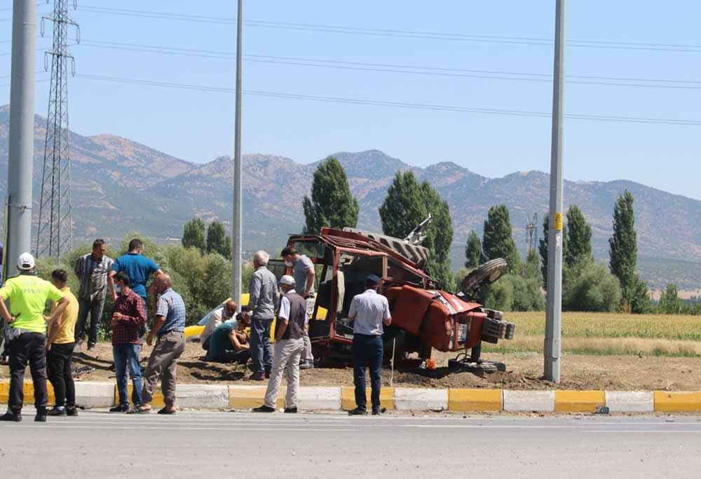 konyada-otomobil-ile-traktor-carpisti-4-yarali-001.jpg