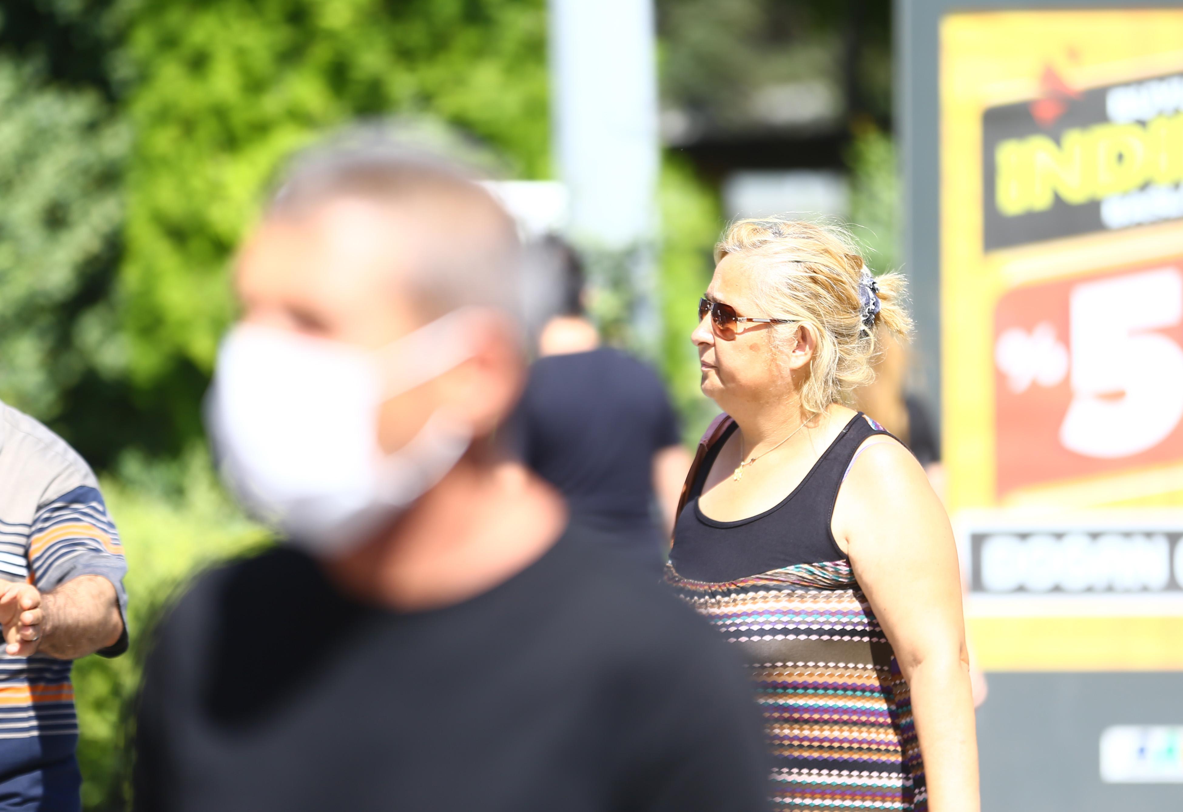 zorunlu-hale-getirilmesine-ragmen-bazi-vatandaslarin-maske-takmamasi-kameralara-yansidi.jpg