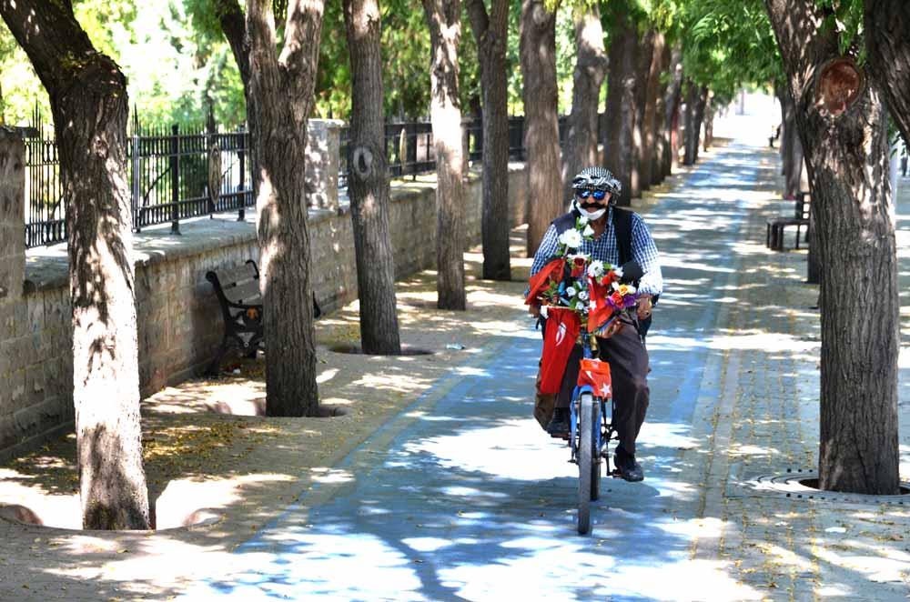 bayrak-ve-ciceklerle-susledigi-yol-arkadasinin-30-yildir-pedalini-ceviriyor.jpg