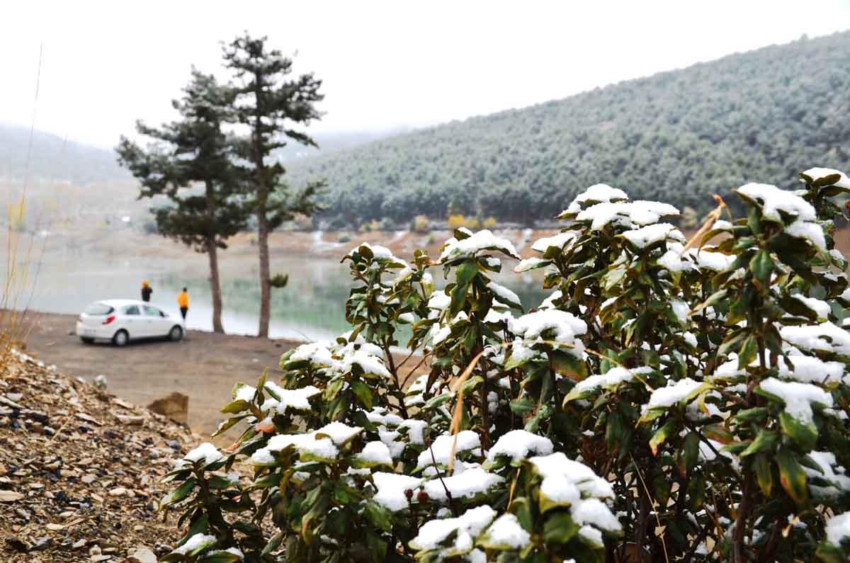 konyada-kar-yagisi-ve-sis-sonbahar-renkleriyle-guzel-goruntuler-olusturdu-002.jpg