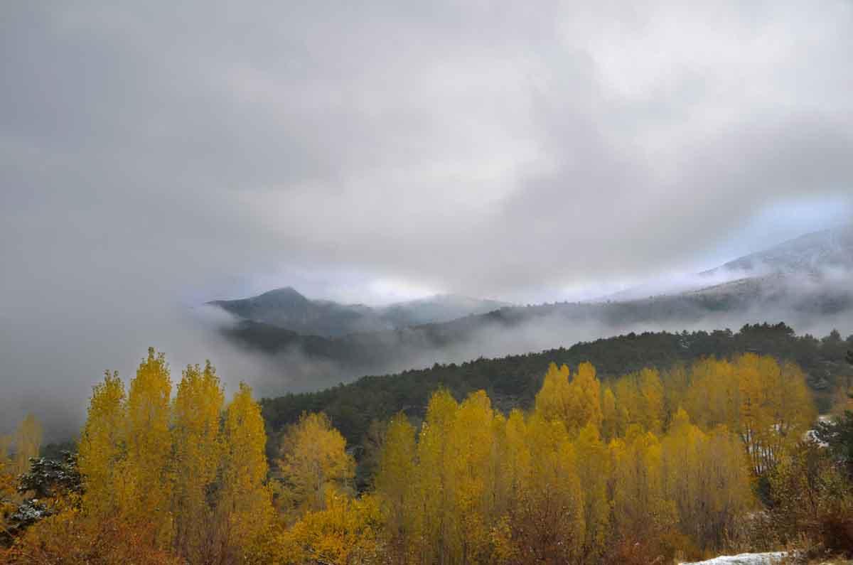 konyada-kar-yagisi-ve-sis-sonbahar-renkleriyle-guzel-goruntuler-olusturdu-003.jpg
