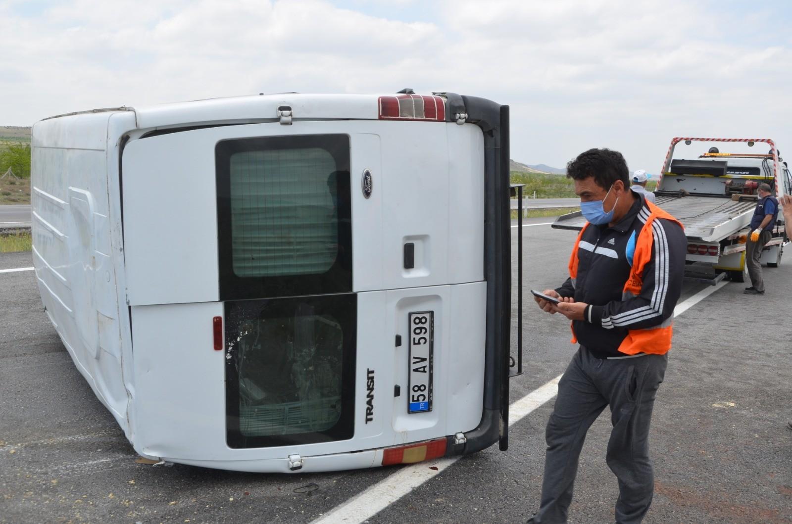 konyada-iscileri-tasiyan-minibus-devrildi-4-yarali.jpg