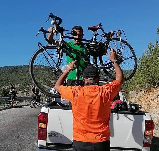bisikletleriyle-yolda-kalan-turistlerin-yardimina-beysehir-belediyesi-yetisti.jpg