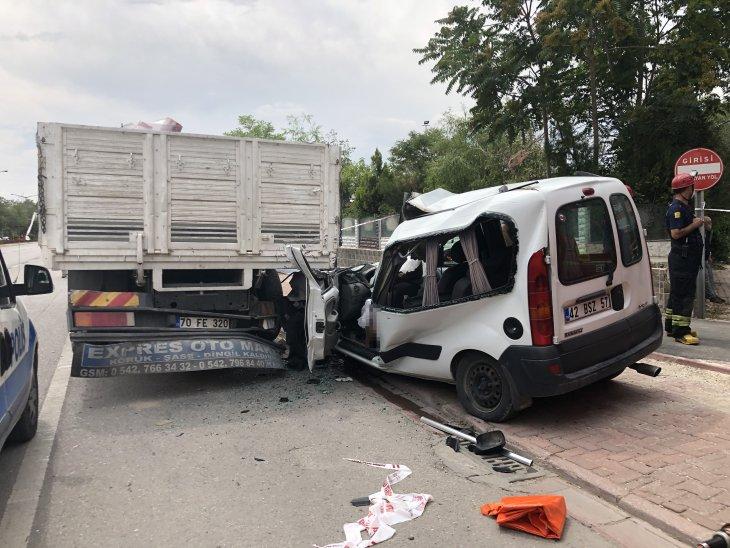kamyona-carpan-kamyonet-surucusu-oldu-003.jpg