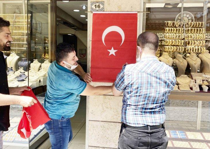 konyali-esnaflara-turk-bayragi-dagitildi.jpg