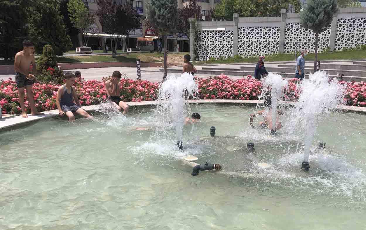 konyada-sicaktan-bunalan-cocuklar-tehlikeye-aldirmadan-sus-havuzlarina-giriyor.jpg