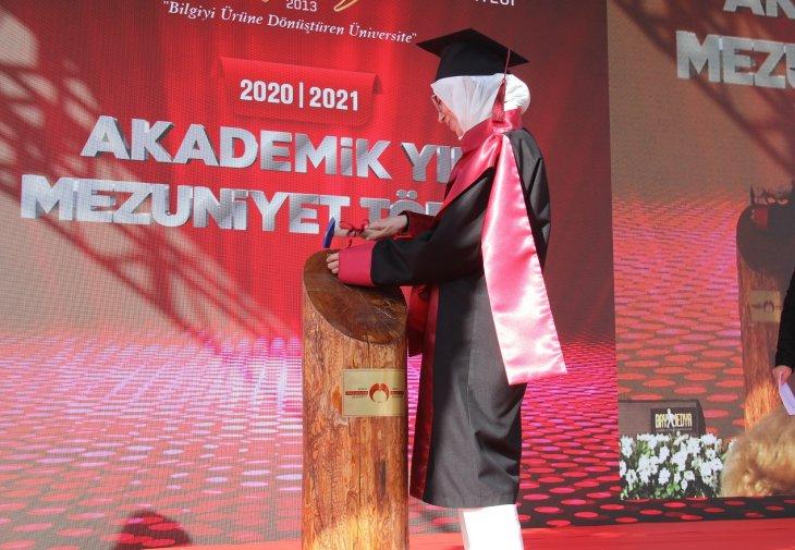 kgtude-ilk-mezunlar-diplomalarini-aldi-ardindan-torkuda-ise-basladi-001.jpg