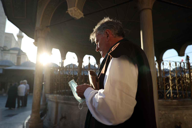 mevlanadan-etkilenen-abdli-katolik-papaz-musluman-olup-konyaya-yerlesti-001.jpg