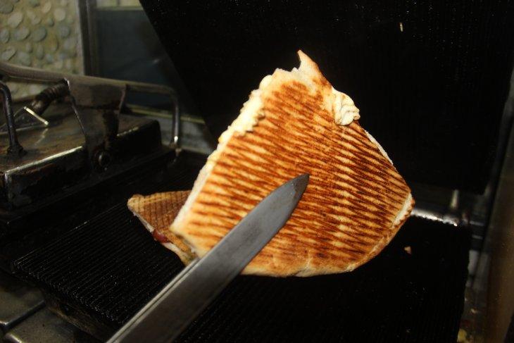 yarim-asirdir-ayni-tostu-yapiyor-001.jpg