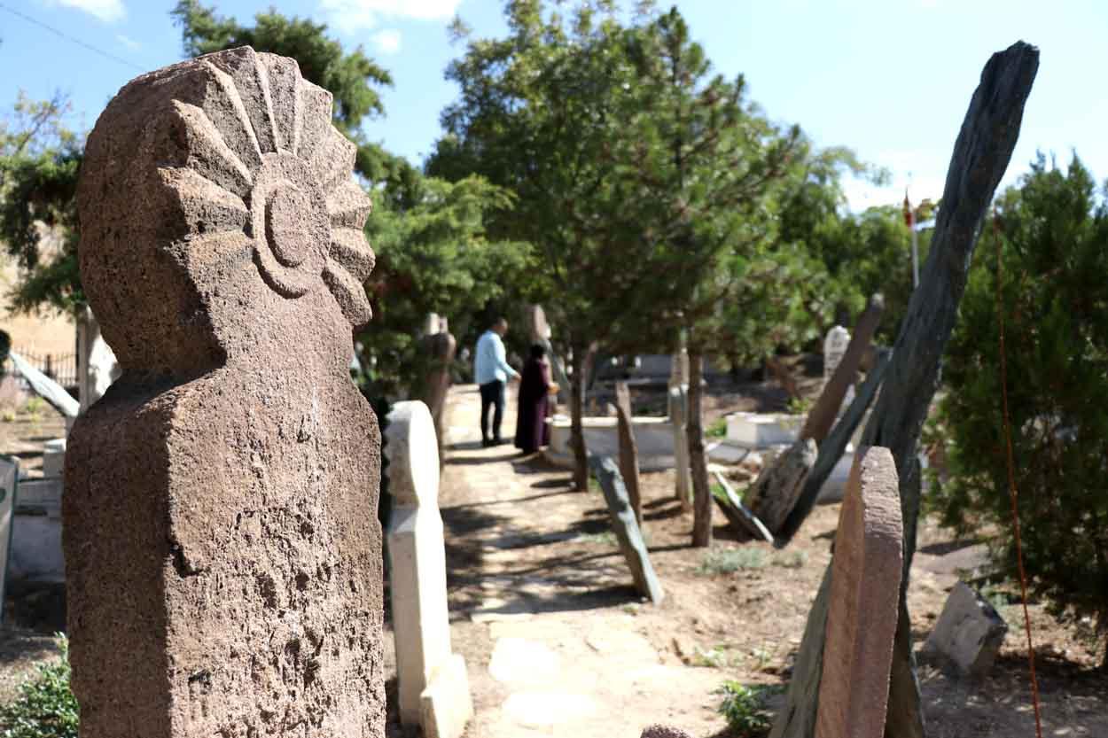 turk-mezar-taslari-kentlesme-kulturunun-asamalarini-yansitiyor-002.jpg