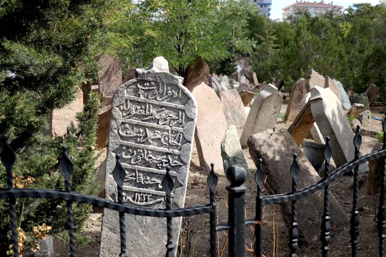 turk-mezar-taslari-kentlesme-kulturunun-asamalarini-yansitiyor-003.jpg