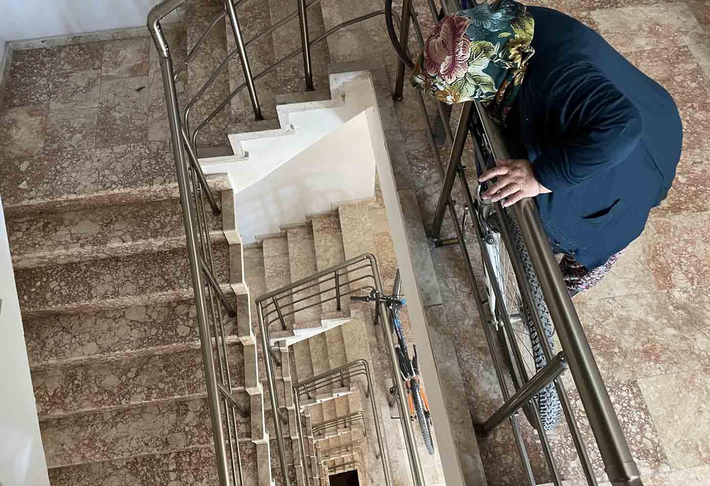 konyada-merdiven-bosluguna-dusen-cocuk-hayatini-kaybetti-002.jpg